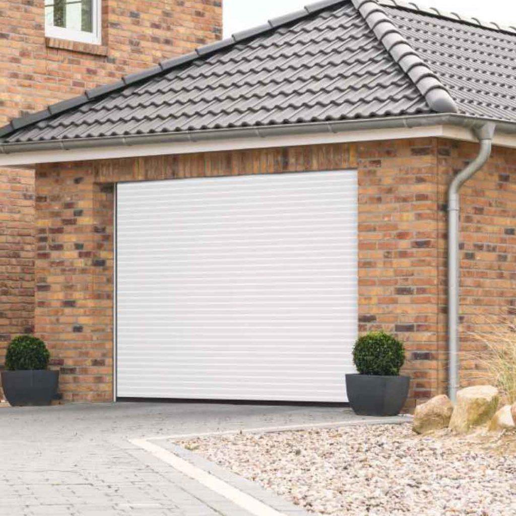 Porte de garage enroulable sur maison en brique traditionnelle