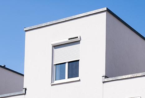 maison moderne avec volet roulant solaire