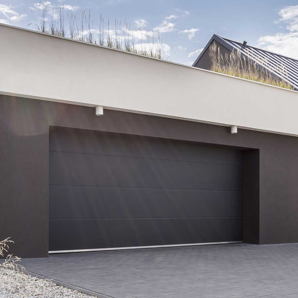 porte de garage sectionnelle sur une maison de plage moderne