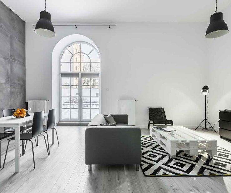 fenêtre pvc cintré dans un salon moderne